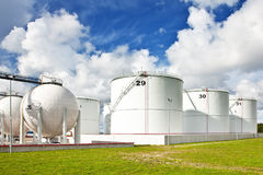Réservoirs de raffinerie de pétrole Images stock