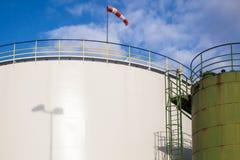 Réservoirs de stockage de pétrole blancs et verts Photographie stock libre de droits