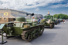 Réservoirs soviétiques originaux de la deuxième guerre mondiale sur l'action de ville, consacrés au jour de la mémoire et à la pe Photographie stock libre de droits
