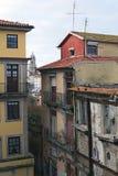 """Rsidential och förstörda byggnader Den mest berömda grannskapen i staden av Porto †""""Ribeira Arkivfoto"""