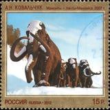 RÚSSIA - CERCA DE 2012: Selo impresso em Rússia, dedicada Art Russia contemporâneo, A n Kovalchuk Mammoths 2007 Imagens de Stock Royalty Free