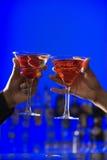 Rösten der Cocktails in den Martini-Gläsern Stockbilder