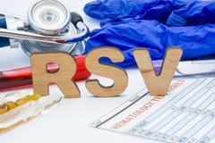 RSV laboranckiego medycznego skrótu wirusa testa pojęcia Oddechowa Syncytial fotografia Na stole jest obok balii laborancki akron obraz royalty free