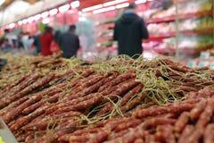 香肠在rt小店超级市场 库存照片