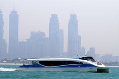 RTA-Fähre, die vor Geschäftsbucht überschreitet und zum Jachthafenbezirk vorangeht Modernes Katamaranboot benutzt für wi des öffe stockfoto
