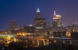 RTA zumbe através da skyline de Cleveland Imagens de Stock Royalty Free