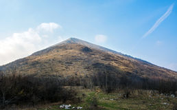 Rtanj bergmaximum i Serbien som är berömt för pyramidal form Arkivfoton