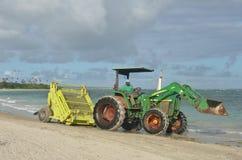 Râteau vert de ressac sur le tracteur Photo stock