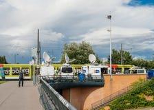 RTL N :电视电视媒介有多个卫星抛物面天线和光纤的电视卡车 免版税图库摄影