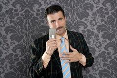 Rétro chant de microphone d'homme de moustache de ballot idiot Images stock