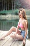 Rétro fille dénommée posant sur le lac de montagne Images libres de droits