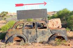 Rétro épave de voiture de signe opale, Australie Image stock