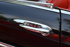 Rétro poignée de portière de voiture de chrome Photo stock