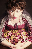 Rétro portrait classique de mode de style de jeune fille de goupille- avec les pétales de roses secs Type américain Photos libres de droits