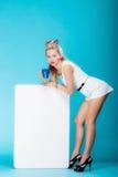 Rétro style de femme sexy avec le signe de bannière de conseil de présentation vide. Photo libre de droits