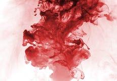 Rött färgpulver i vatten. Royaltyfri Bild