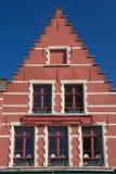 Rött gaveltak av det historiska huset Arkivfoton