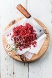 Rått huggit av kött och köttköttyxa Arkivfoto
