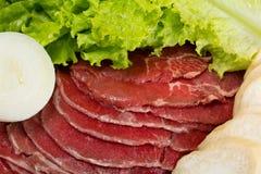Rått nytt skivat kött med grönsaker Arkivfoto