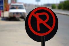 Rött och svärta inget parkeringstecken på vägen Royaltyfri Bild