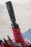 Rött paraplyhandtag Arkivfoto