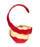 Rött äpple med peelen i en spiral modell Arkivfoton