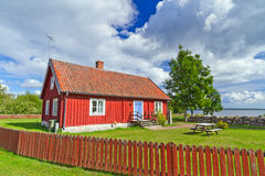 Rött svenskt stugahus Arkivbild