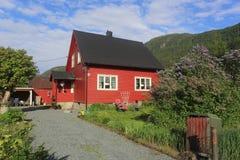 Rött trähus i Norge Arkivbild