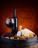 Rött vin och camembert och Brie Soft Cheese Fotografering för Bildbyråer