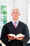 Rättegångsadvokat i hans advokatbyrå Arkivfoto