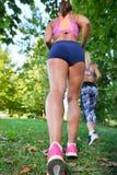 Rüttelndes Ausarbeiten von zwei Frau - Eignung im Freien am Park Lizenzfreies Stockfoto