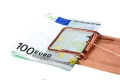 Råttfälla med euroräkningar Arkivfoto