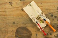 Råttfälla med sirynge injektionsspruta för böjelsedrogfokus Drogfälla Arkivfoton