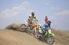 Ruído elétrico do cavaleiro do motocross, trilha empoeirada foto de stock royalty free