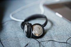 Ruído que cancela fones de ouvido com um portátil fotografia de stock