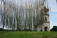 A ruína antiga de uma igreja branca velha em Bielorrússia, contra um céu nebuloso azul imagens de stock royalty free