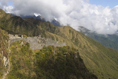 A ruína bonita e antiga do Inca de Sayaqmarka encontra-se em um cume íngreme da montanha e é iluminada acima pelo sol Imagens de Stock Royalty Free