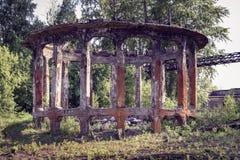 Ruína da torre refrigerando velha Fotos de Stock