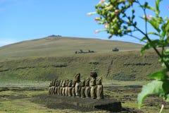 Ruína de Ahu Tongariki Moai com o vulcão de Poike no fundo, na Ilha de Páscoa ou no Rapa Nui, o Chile foto de stock