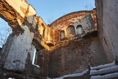 Ruína de uma casa de cortiço velha sem um telhado Tijolo, parede alta no primeiro plano imagens de stock royalty free
