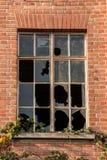 Ruína destruída velha da casa do tijolo com janelas quebradas fotografia de stock royalty free