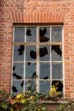 Ruína destruída velha da casa do tijolo com janelas quebradas foto de stock royalty free