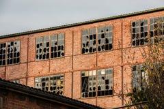 Ruína destruída velha da casa do tijolo com janelas quebradas imagem de stock royalty free