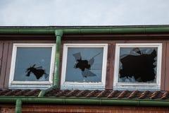 Ruína destruída velha da casa do tijolo com janelas quebradas imagem de stock