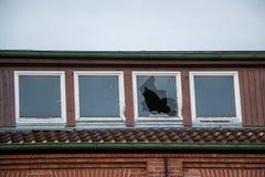 Ruína destruída velha da casa do tijolo com janelas quebradas fotografia de stock