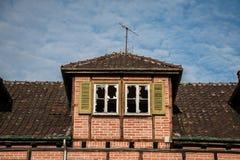 Ruína destruída velha da casa do tijolo com janelas quebradas imagens de stock