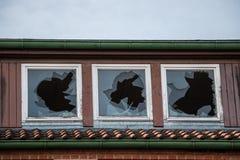 Ruína destruída velha da casa do tijolo com janelas quebradas fotos de stock royalty free