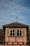 Ruína destruída velha da casa do tijolo com janelas quebradas imagens de stock royalty free