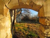 Ruína histórica da arcada antiga no sul de França foto de stock