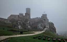 Ruína medieval do castelo que senta-se sobre o monte na névoa pesada Fotografia de Stock